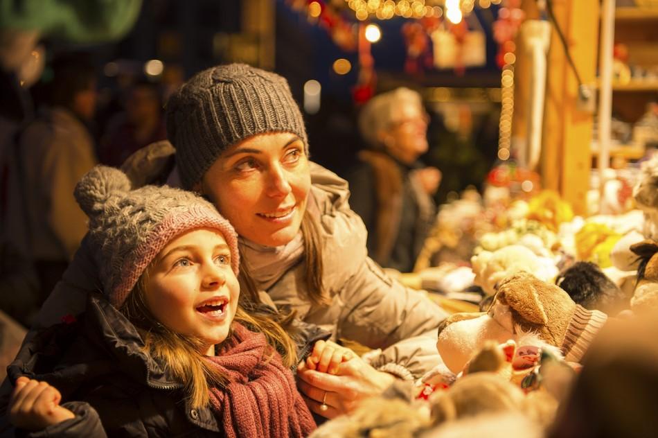 Frau mit Kind auf Weihnachtsmarkt